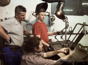 Jakob visar Raphael och Max hur ramen ska svetsas